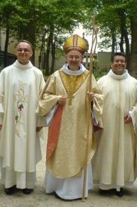 Les nouveaux ordonnés Eric et Alexis avec Mgr Bouilleret