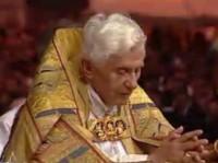 Benoit XVI devant le Saint Sacrement