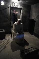 le Pape à Auschwitz au bloc 11 dans la cellule de la faim