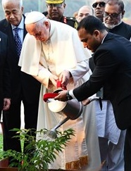 Le Saint Père plante un arbre à Dacca
