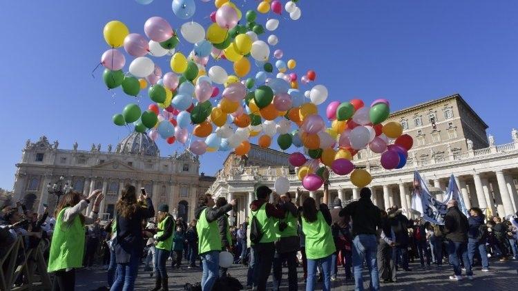ballons lancés à l'occasion de l'angélus du 28 janvier 2018 par des membres de l'Action catholique italienne