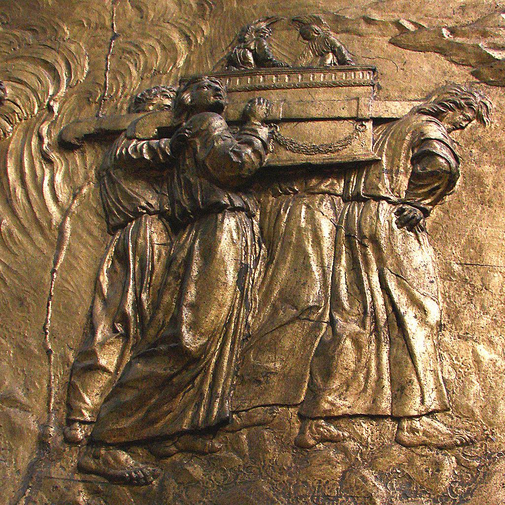 Bas-relief d'un autel de la cathédrale d'Auch - le transport de l'Arche d'Alliance.