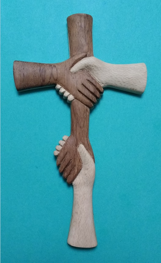croix en mains serrées