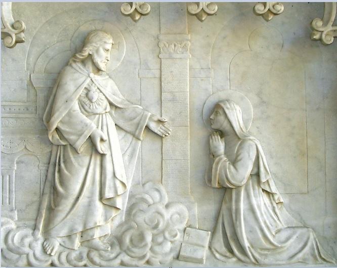 Bas-relief en marbre représentant l'apparition du Christ à Sainte Marguerite Marie à Paray-le-Monial, situé sous le porche  de l'église actuelle de Saint Germain du Crioult.