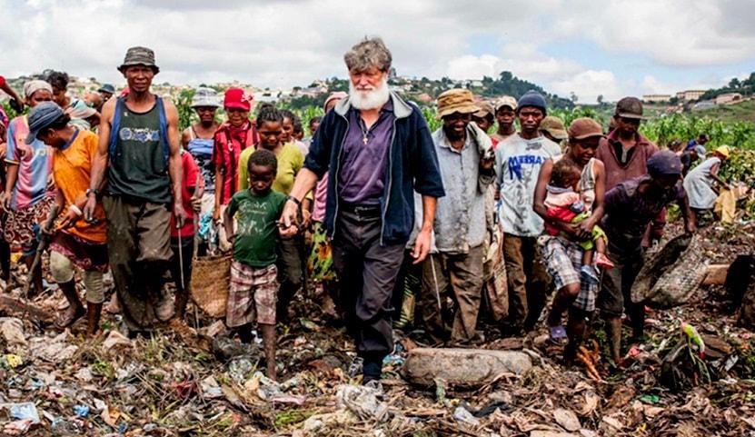 Père Pedro Opeka avec des-pauvres sur les décharges à Antananarivo|DR