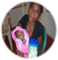 zazakely - petit enfant avec sa maman au Centre Aina de Manakara