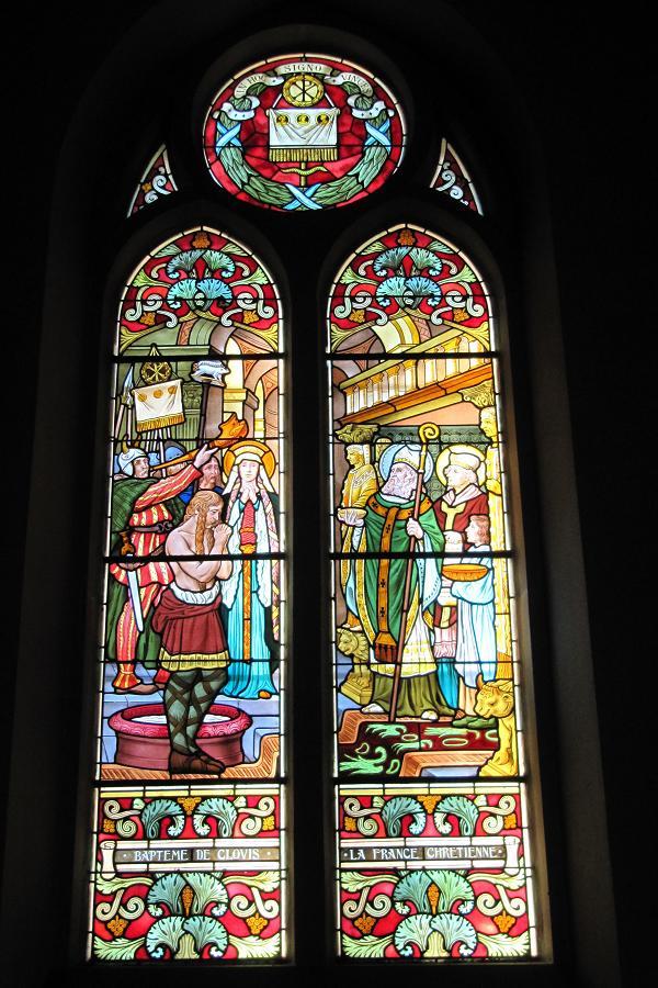 Saint Valère - Rives - 38 - FR Baptême de Clovis (496) Suite à un vœu de guerre, fait à la bataille de Tolbiac où, il implora le Dieu de Clotilde, sa femme, de lui donner la victoire, Clovis se fit baptiser à Reims avec 3 000 de ses Francs le jour de Noël 496 par St. Remy. St. Avit de Vienne est là comme témoin, lui qui avait négocié le mariage de Clovis et Clotilde.