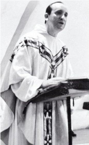 Jorge Mario Bergoglio, prêtre dans la Compagnie de Jésus