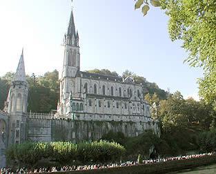 Lourdes basilique de l'Immaculée Conception au dessus de la Grotte