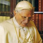 Benoit XVI dans sa bibliothèque
